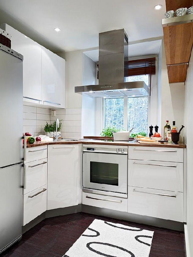 Khu vực nấu ăn nhỏ nhắn nhưng sáng bóng và sạch sẽ. Hệ thống tủ kệ được tận dụng tối đa công năng làm nơi lưu trữ đồ dùng làm bếp.