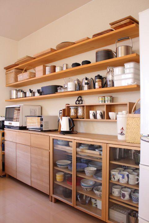 Hệ kệ mở thông thoáng giúp mở rộng không gian cũng thường thấy trong căn bếp của người Nhật. (Ảnh Pinterest).