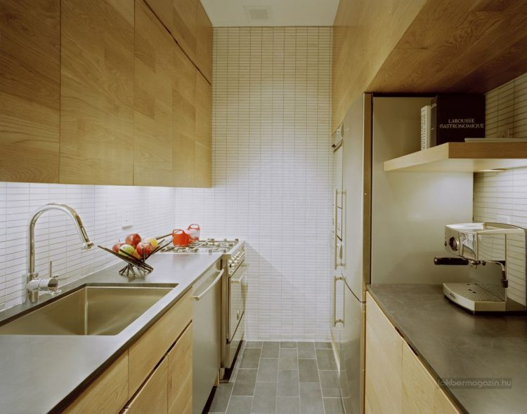 Một hệ thống tủ kệ bao quanh thoải mái nhu cầu trữ đồ làm bếp của chủ nhà. Nơi đây còn được bố trí khá tiện nghi, chiếc tủ lạnh đặt vừa khít kệ gỗ.