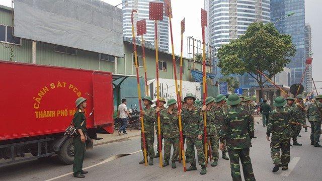 Công binh được huy động chữa cháy.