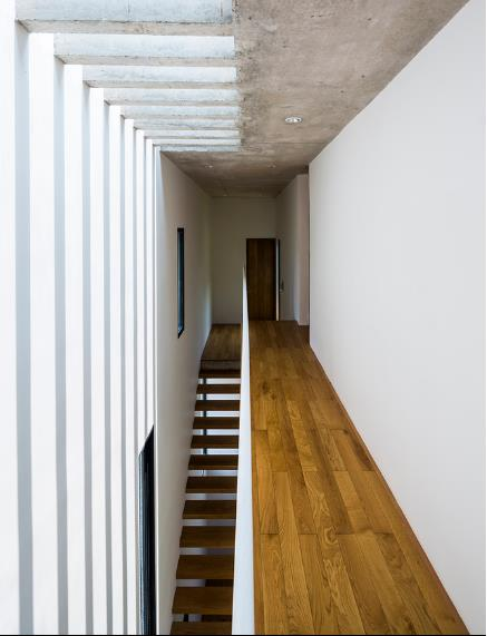 Toàn bộ khu vực hành lang, cầu thang và nhà vệ sinh được bố trí ở hướng Tây của ngôi nhà để tránh nóng cho những không gian thường xuyên sử dụng như phòng ngủ, phòng khách…