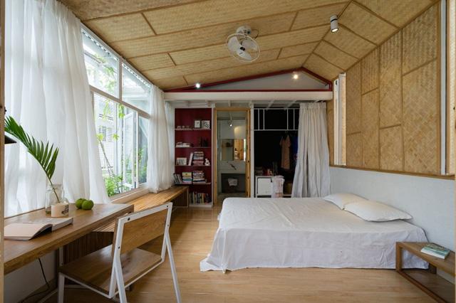Phòng ngủ thoáng sáng nhờ hệ cửa kính chạy dọc ngôi nhà.
