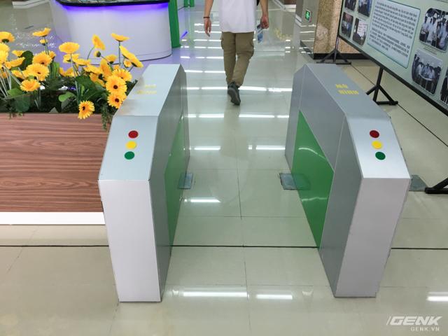 Cổng soát vé... mô hình, sau khi hoàn thiện sẽ là hệ thống kiểm soát vé bằng thẻ.