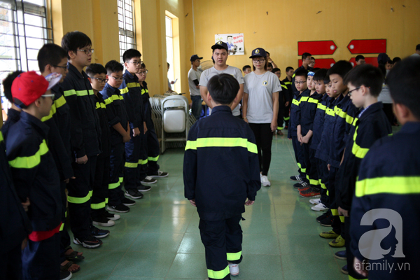 Những động tác chào hỏi, đi đứng, thao tác đều được các tình nguyện viên hướng dẫn tận tình.