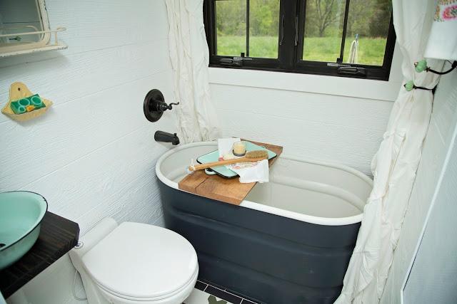 Nhà vệ sinh tuy nhỏ nhưng có cả bồn tắm. Góc nhỏ này còn có cửa sổ thoáng sáng nhìn ra bên ngoài.