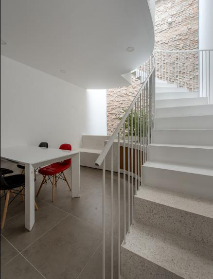 Bức tường mộc cuối nhà làm đẹp thêm không gian căn bếp.