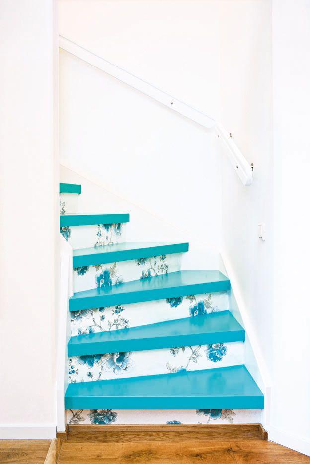 Nếu cầu thang hẹp, bạn hãy chọn loại giấy dán màu sắc nhẹ nhàng, trẻ trung như cam đỏ, họa tiết hoa to để không gian trở nên rộng hơn.