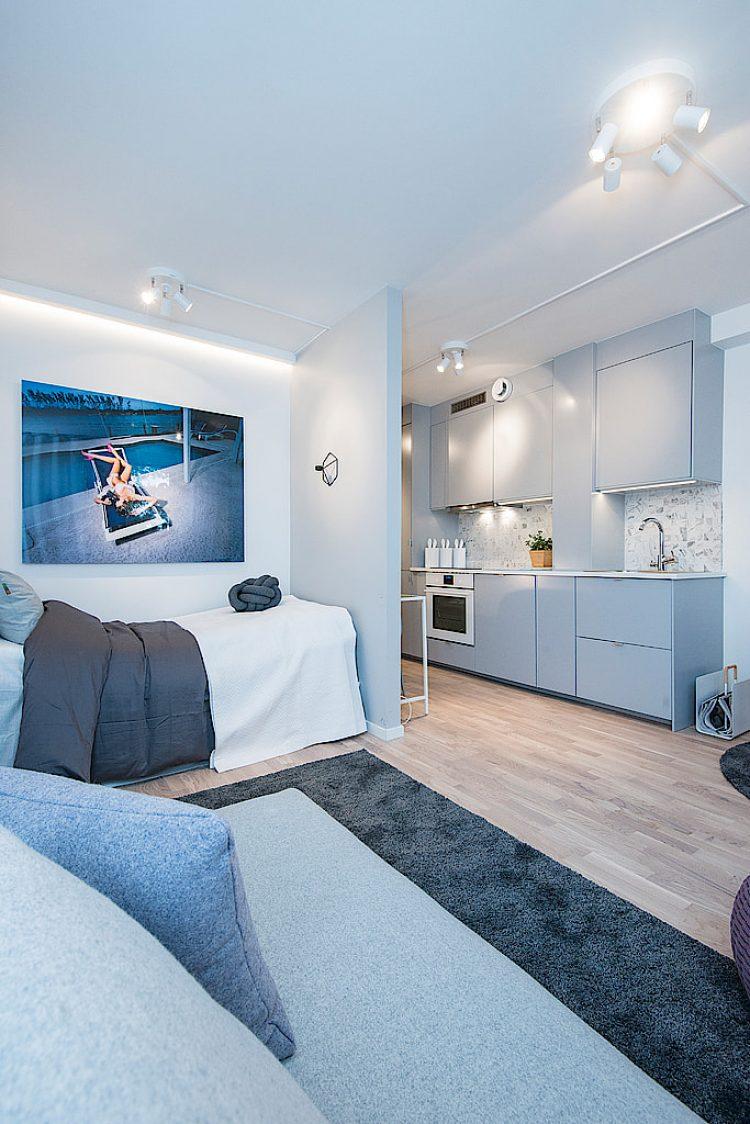 Nối tiếp không gian phòng ngủ là khu vực tiếp khách. Nơi đây được bố trí đơn giản với chiếc ghế sofa dài tấm thảm tối màu.