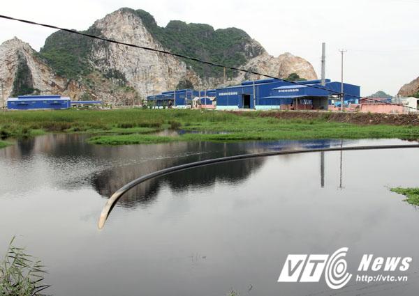 Trả lời PV VTC News, ông Lại Đức Long - Trưởng phòng Tài nguyên và Môi trường huyện Thủy Nguyên cho biết, một nhà máy xử lý rác thải đã được xây dựng hoàn thiện, tuy nhiên chưa được Bộ Tài nguyên và Môi trường phê duyệt báo cáo đánh giá tác động môi trường nên nhà máy này chưa thể hoạt động, dẫn đến rác thải càng ngày càng quá tải mà chưa thể xử lý.