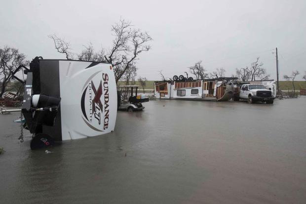 Một chiếc xe mắc kẹt trên đường vì lũ lụt. Ảnh: AP