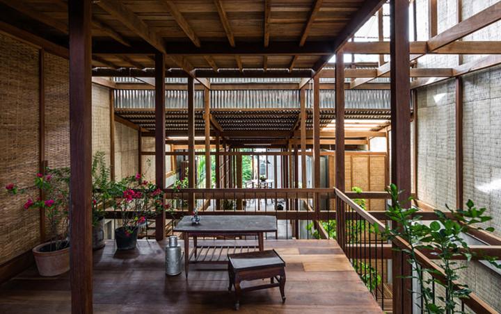 Đan xen khu vực chức năng là những khu vườn nhỏ mang màu xanh tươi mát cho ngôi nhà.