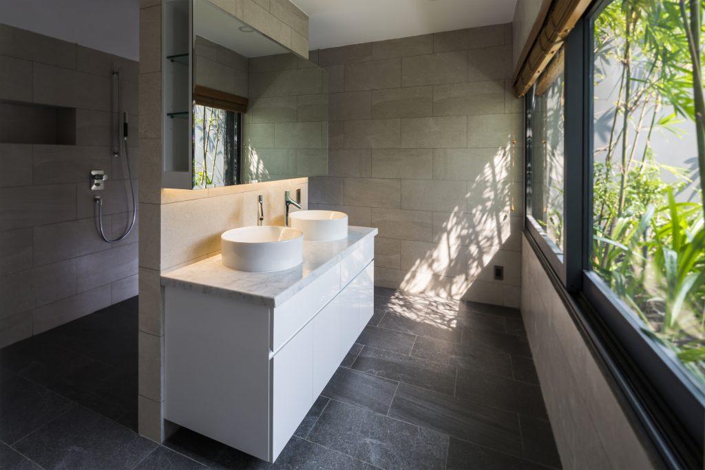 Nhà vệ sinh thoáng sạch được bố trí tuyệt đẹp cạnh khu vườn nhỏ.
