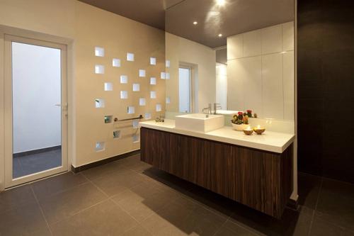 Phòng tắm rộng thoáng và rất hiện đại.