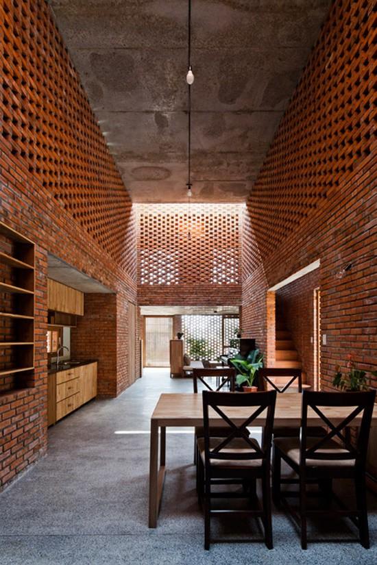 Thiết kế đặc biệt của các bức tường bằng gạch mang lại cho không gian một vẻ đẹp huyền bí và cổ xưa.