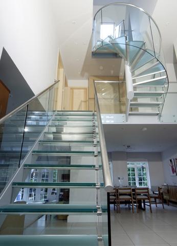 Cầu thang kính hiện đại cũng được thiết kế với nhiều kiểu dáng mới mẻ, độc đáo đáp ứng được những đòi hỏi ngày càng cao của khách hàng.