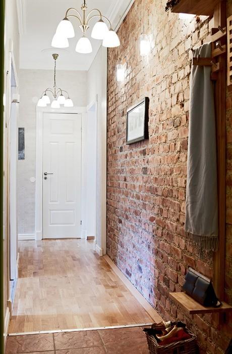Không chỉ mang lại vẻ đẹp tinh tế, lạ mắt cho các không gian chức năng trong nhà, khu vực hành lang cũng là nơi rất thích hợp để thiết kế một bức tường gạch thô.
