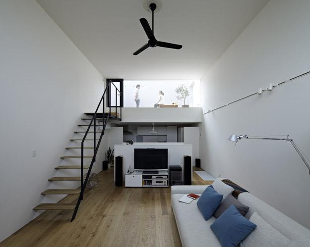 Một cầu thang nhỏ từ phòng khách là lối dẫn lên sân thượng.