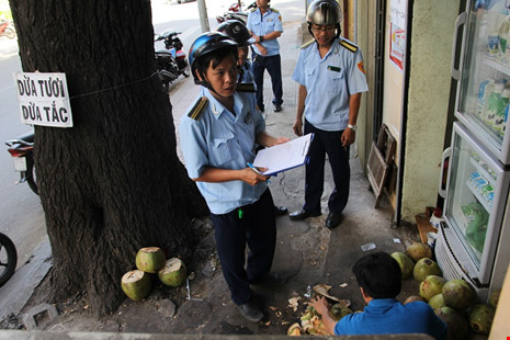 Lập biên bản hộ dân buôn bán dừa tràn lan trên vỉa hè.