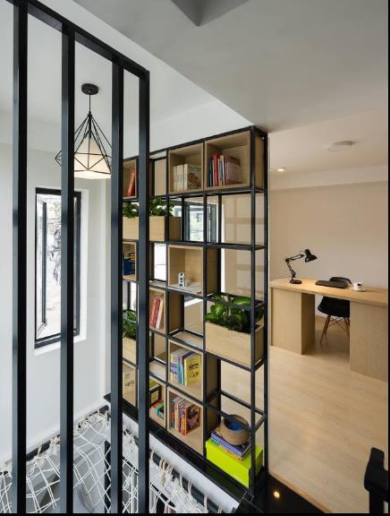Nội thất bên trong được bố trí theo phong cách đơn giản, nhẹ nhàng.Tầng lửng với góc làm việc thoáng sáng và một giá sách nhỏ.