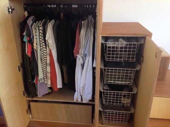 Không chỉ tận dụng gầm ghế, mà góc nhỏ nơi gầm cầu thang cũng được dùng để làm tủ đựng quần áo và đồ dùng cá nhân.