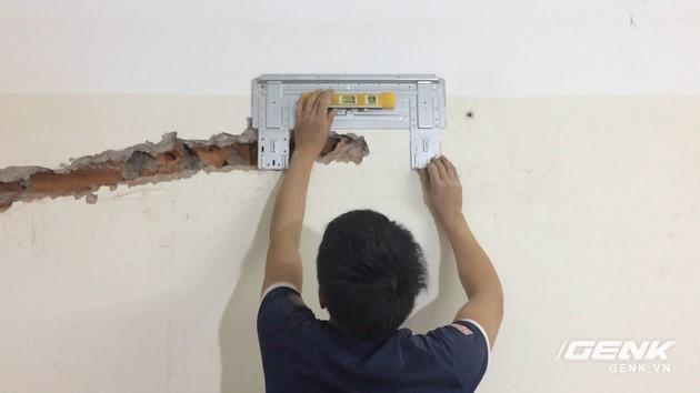 Xác định vị trí treo dàn lạnh, dùng thêm thước nivo để đo độ cân bằng cho chính xác