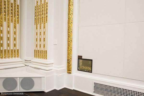 Dù căn phòng này đã được trang trí lại rất nhiều lần nhưng những thiết kế cơ bản vẫn được giữ nguyên. Đơn cử như những tác phẩm nghệ thuật, những họa tiết trang trí trên tường như thế này vẫn được lưu giữ để tôn vinh giá trị lịch sử của nơi này.