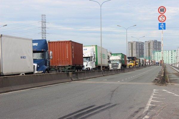 Đến trưa nay, tình trạng ùn tắc xung quanh cảng Cát Lái vẫn chưa có dấu hiệu giảm nhiệt.