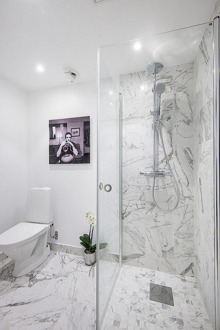 Cũng giống như không gian sống, nhà tắm cũng sử dụng màu trắng làm chủ đạo đem lại cảm giác thông thoáng và không thể thiếu những điểm nhấn tuyệt đẹp từ chậu lan và bức tranh treo tường.