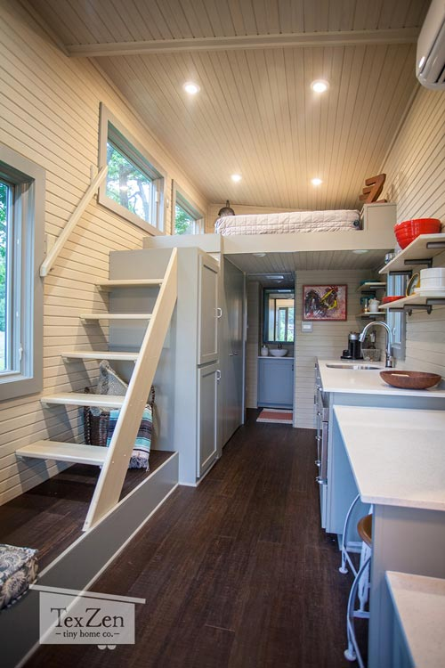 Góc nghỉ ngơi được đưa lên gác xép nối với không gian bên dưới bằng một cầu thang gỗ.