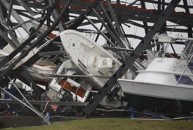 Chứng kiến cảnh tượng này, nhiều người thực sự sợ hãi trước sức tàn phá khủng khiếp của cơn bão.