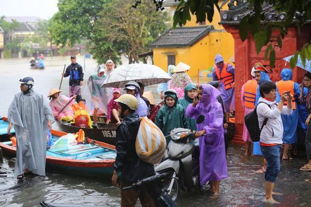 Việc di chuyển khách của các công ty tour rất khó khăn, phải dùng thuyền tăng bo qua các đoạn lụt