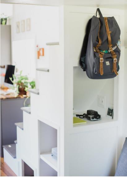 Việc lựa chọn tông màu trắng chủ đạo cho ngôi nhà cũng như phần lớn đồ nội thất góp phần khiến không gian thêm sáng sủa và rộng thoáng hơn.