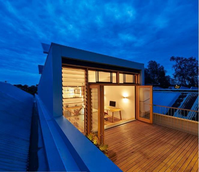 Ngôi nhà nhỏ bừng sáng với ánh điện khi về đêm.