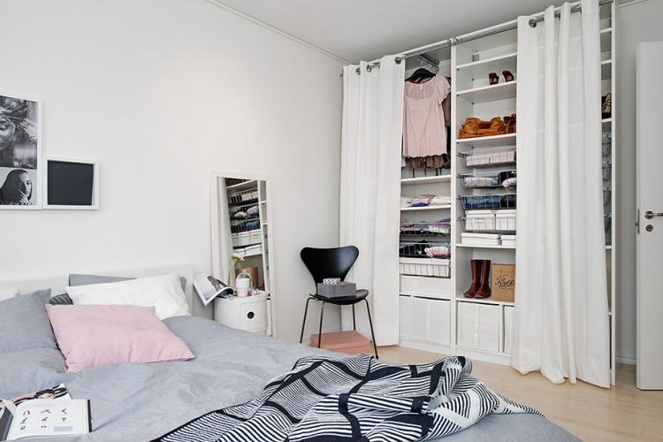 Không sử dụng tủ hộp cồng kềnh và thô cứng, chủ nhân căn hộ đã lựa chọn hệ tủ mở với lớp rèm che mềm mại, uyển chuyển bên ngoài.
