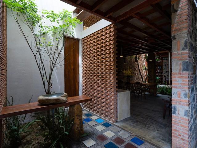 Ngôi nhà được sử dụng nhiều vật liệu sẵn có: những bức tường gạch trần, cột đá thô mộc, gỗ…..cùng lối thiết kế độc đáo mang lại cảm giác vừa cổ điển vừa hiện đại.