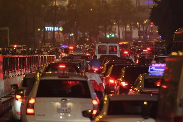 Hà Nội mưa tầm tã, đường tắc nghẹt khắp ngả - ảnh 15