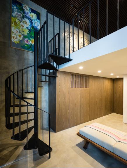 Dù ngôi nhà không nhiều màu sắc, màu chính được sử dụng chủ yếu là gam màu trầm nhưng khi kết hợp với ánh sáng điện ngôi nhà trở nên vô cùng ấm cúng và sang trọng.