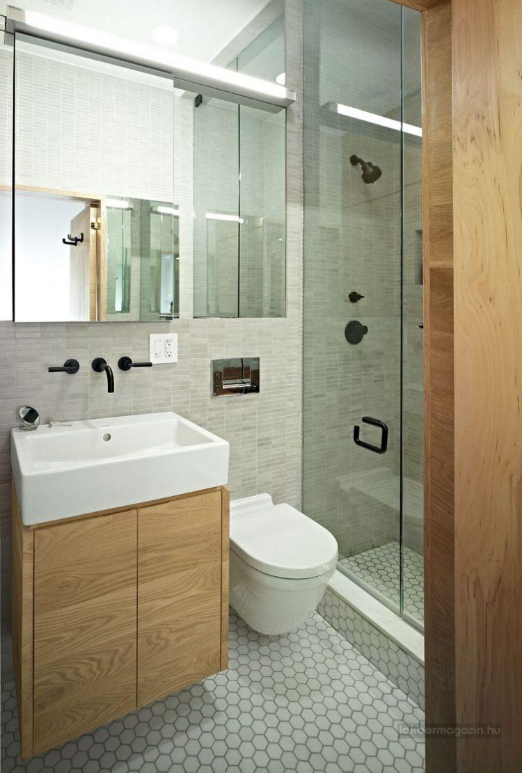Khu vệ sinh và nhà tắm được phân biệt nhau bằng một cửa kính trong suốt. Nơi đây còn được trang bị một chiếc giương lớn giúp nhân đôi diện tích.