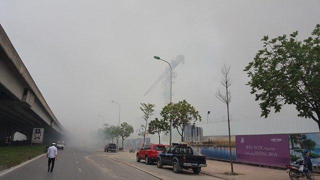Đường Phạm Hùng đoạn qua khu vực đám cháy mịt mù khói.