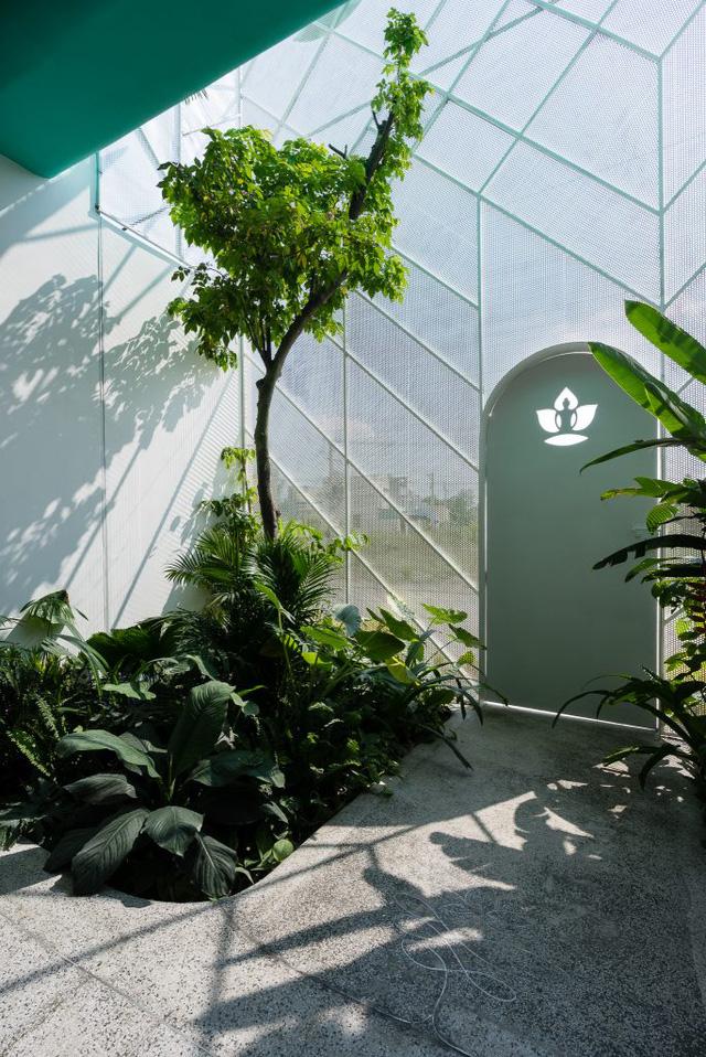 Màu xanh cỏ cây trải dài từ ngoài vào trong nhà.