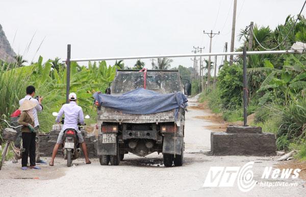 Ngày 10/7, bốt barie đã được người dân lập để chặn các xe chở rác thải và chở đá qua tuyến đường này.