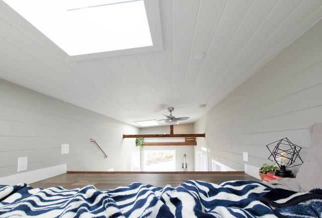 Ánh sáng luôn tràn ngập phòng ngủ nhờ hệ thống mái kính được thiết kế khéo léo ngay trên trần nhà.