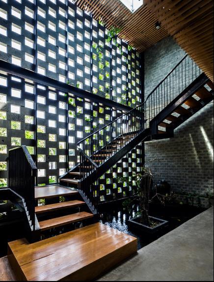 Chiếc cầu thang nhỏ được làm từ sắt và gỗ dẫn lên tầng 2 của khu nhà.