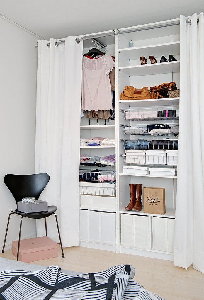Được thiết kế cao sát trần và có rất nhiều ngăn nên chiếc tủ này vừa đẹp lại bảo đảm mọi nhu cầu trữ đồ của chủ nhà.
