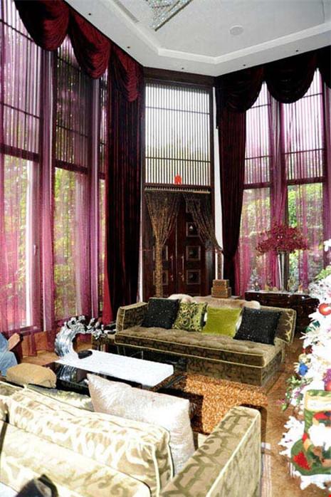 Phòng khách làm tâm điểm với bộ sofa và tấm thảm trải phòng khách.