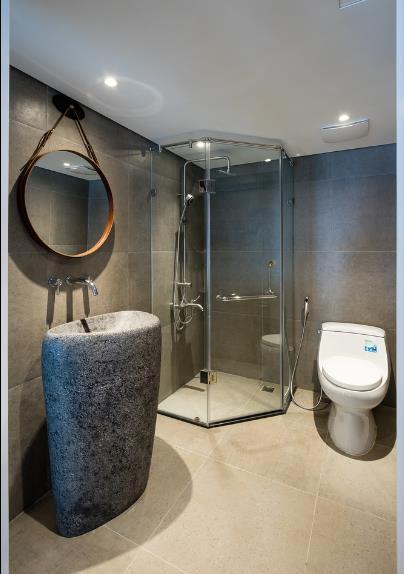 Phòng vệ sinh rộng rãi với chậu rửa tay lạ mắt.