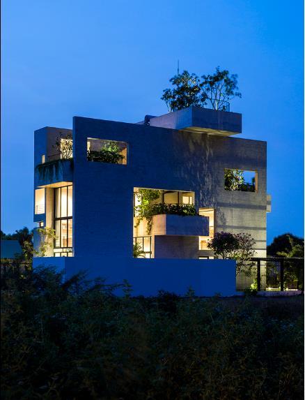 Ngôi nhà bừng sáng với ánh điện về đêm.