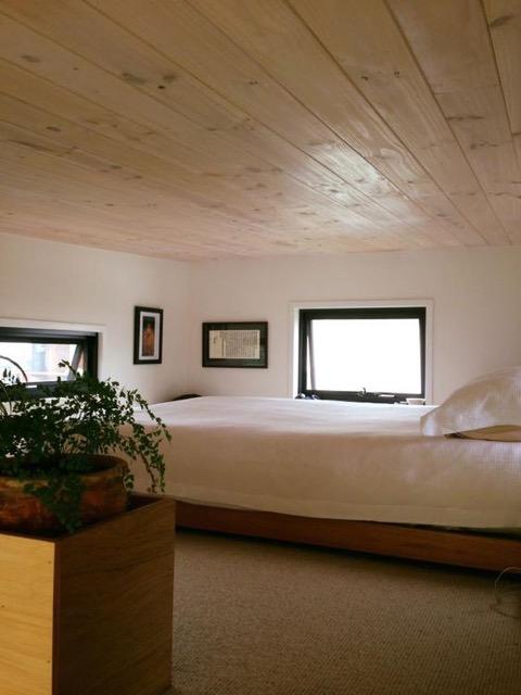 Trên gác có thể kê cả một chiếc giường đôi. Không gian xung quanh thoáng sáng nhờ rất nhiều cửa sổ kính.