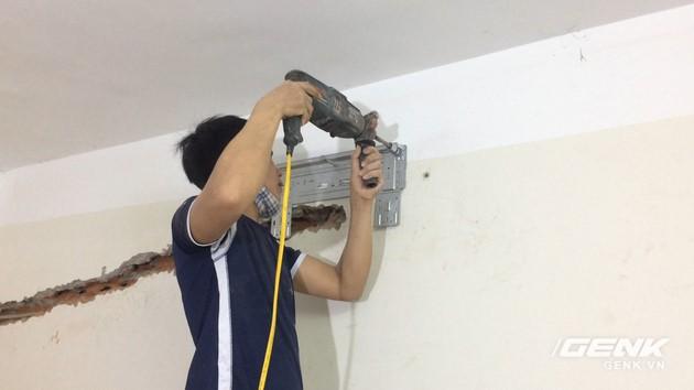 Rồi tiến hành khoan các lỗ vào tường để bắt ốc, sau đó lắp ốc để cố định giá treo.