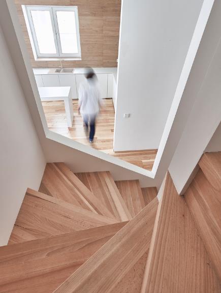 Những ô thoáng này giúp cho ánh sáng từ cầu thang có thể lan tỏa các phòng và ngược lại.